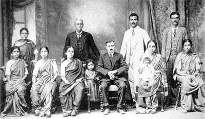 Manuel Alberola con la familia hindú con la que inició el comercio de las especias en Novelda.